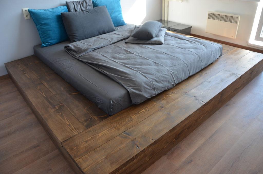 drevena postel