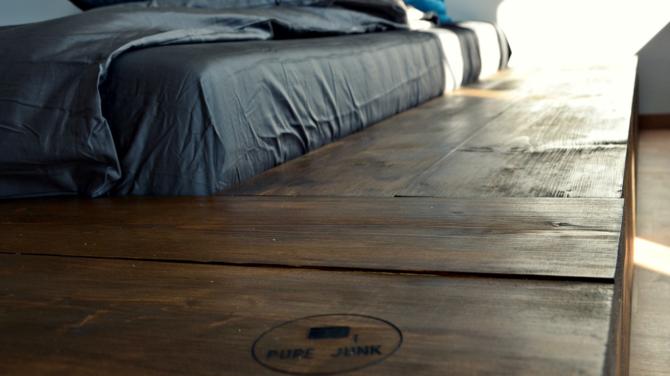 Masívna drevená posteľ