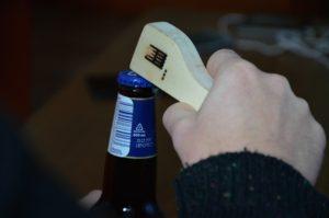 Drevený otvárak na pivo